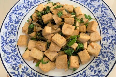 Stir fried tofu with basil leaves 800 x 450